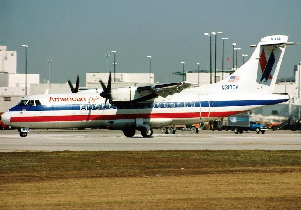 ATR_ATR-42-300,_American_Eagle_AN0214425