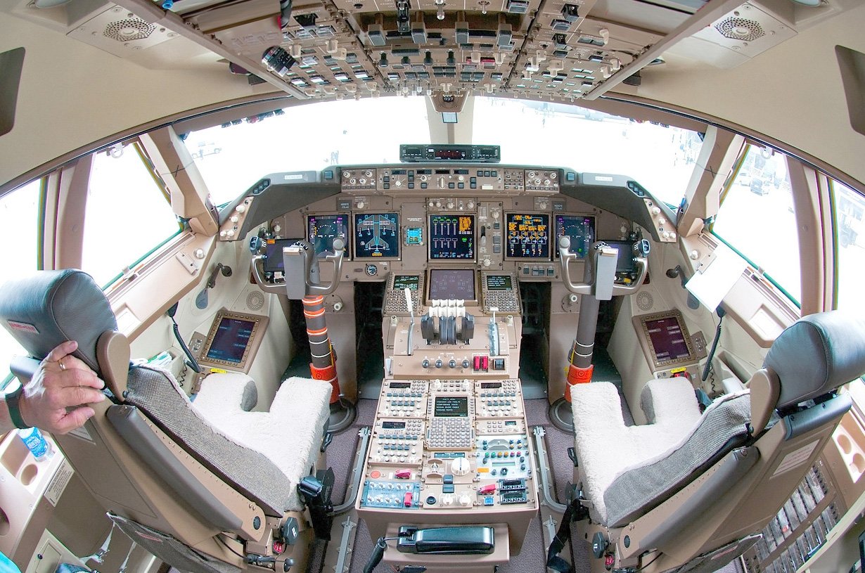 Boeing_747-8_flight_deck_Beltyukov.jpg